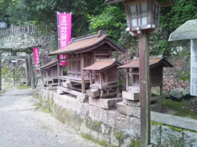 大量に祠があって気味が悪いくらい。その理由は……天別豊姫神社の稲荷神社。