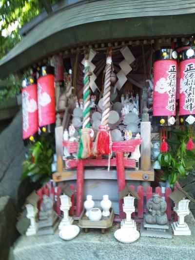 いろんな神様の像が鎮座しております白神社内の伏見稲荷