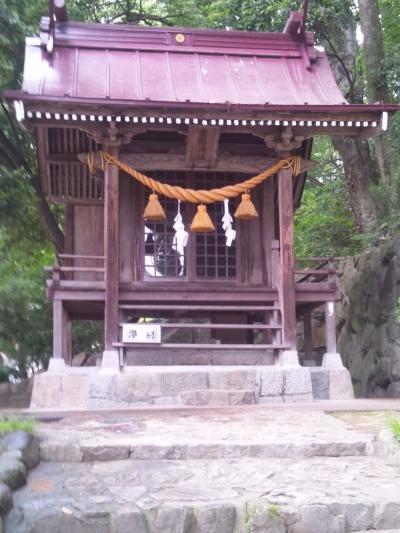 農業の神様が石段の横に 多家神社(埃宮)の摂社貴船神社