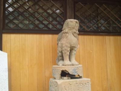 顔の無い狛犬が鎮座ましまして。多家神社(埃宮)の拝殿の横