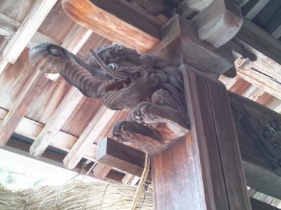 空想上の生物バクの彫り物が柱に。河内神社の縛